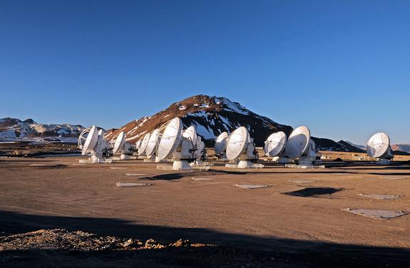 Algunas de las antenas del telescopio ALMA en una configuración compacta. El cerro de Chajnantor en Chile, a 5000 metros de altitud sobre el nivel del mar, es uno de los lugares más secos de nuestro planeta (Crédito: NRAO).