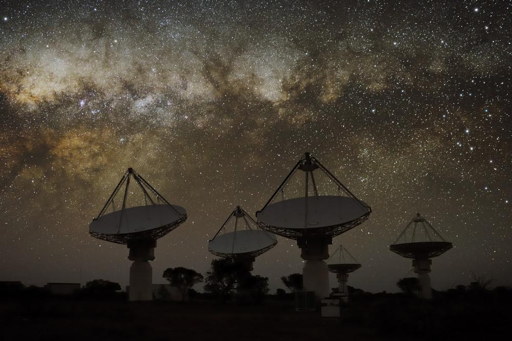 el ASKAP hoy, escudriñando el cielo austral, y sus antenas centrales. Crédito: CSIRO, Alex Cherney (terrastro.com).
