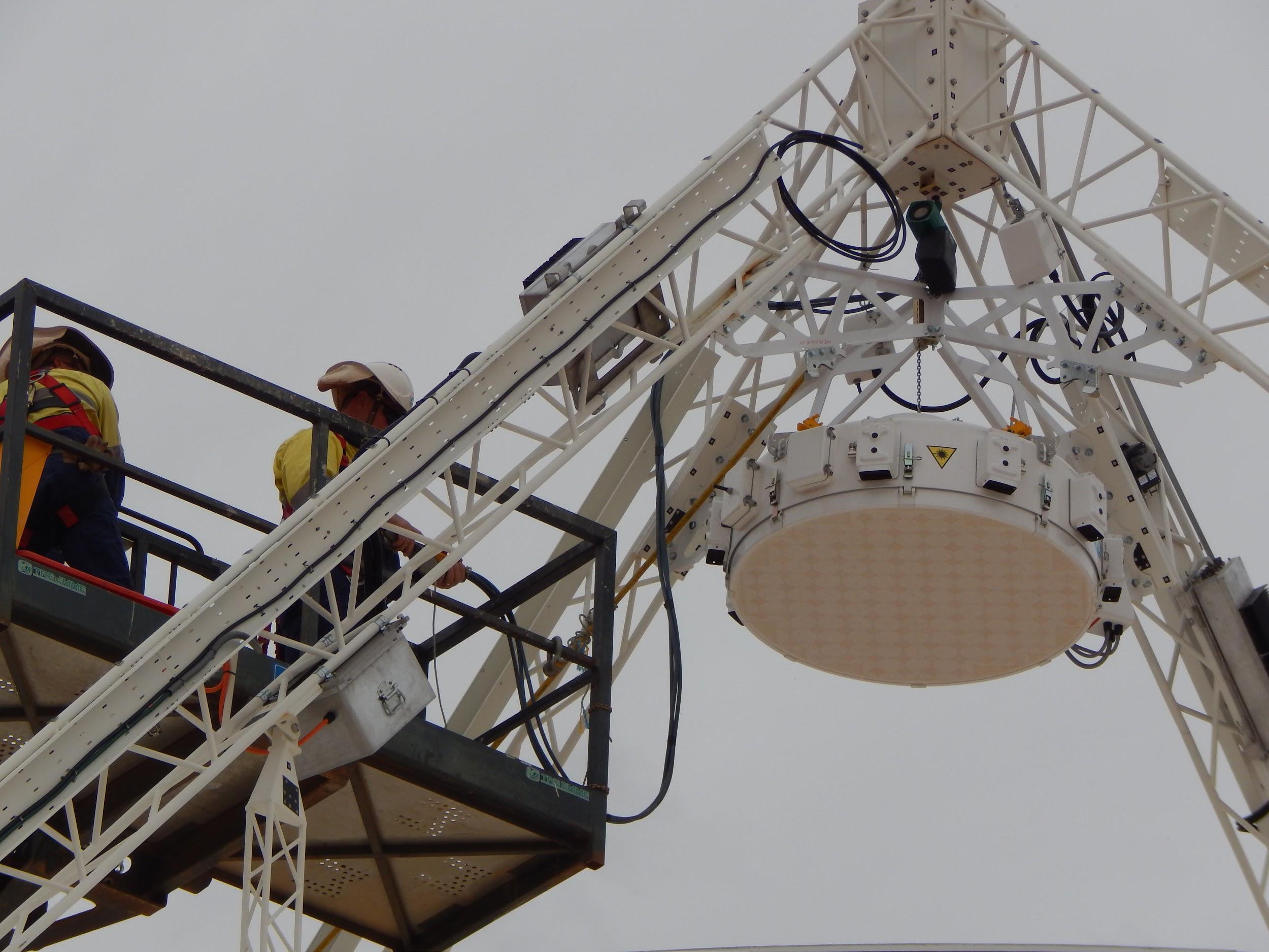 detalle de un Phase Array Feed (o PAF), durante su colocación. Crédito: CSIRO.