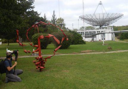 11. Arte y ciencia. Registro de la antena II y de la escultura que representa una galaxia espiralada.